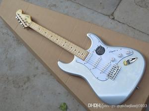 Nuovo argento 6 corde chitarra elettrica in azione, raccolta di riduzione del rumore in stratocaster