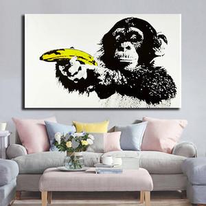 Maymun Holding Muz Tabancası Banksy Tarafından HD Tuval Posterler Baskılar Duvar Sanatı Boyama Dekoratif Resim Modern Ev Dekorasyon Yapıt