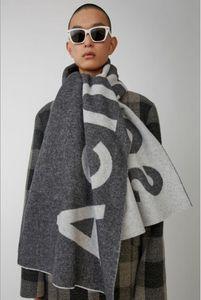 Nueva bufanda para otoño e invierno en América en 2019 Comercio exterior Carta de color puro Logo Bufandas Pareja de cachemir Bufanda Chal