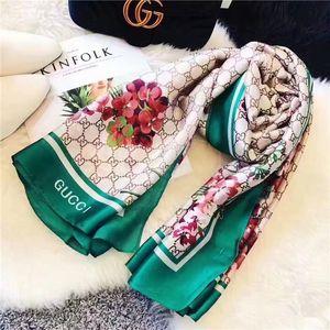 2019 Luxus-Seidenschal für Frauen Art und Weise Sommer Designer Voll-Logo-Grün-Blumenblumen-Schal Wrap mit Tag 180x90cm Tüchern