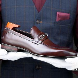 Italiano couro genuíno Handmade Loafers Casual Sapato de bico fino deslizamento dos homens no Salto guarnição de metal Man casamento Vestido Formal Shoes HKN128