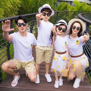 Família Set Mãe Filha Off-ombro vestidos de camisa Pai Filho Cotton T + Shorts 2 Pcs Set Vestuário família Define pai-filho Set CJ191210