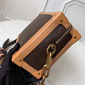 2019 new! This charming handbag is angular and elegant.Classic colors with golden chains.One-shoulder bags that are hot all over the world