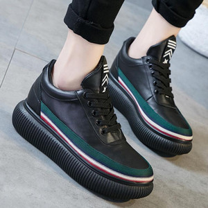 Molta strada da fare le scarpe focaccina thicksoled delle donne scarpe di cuoio delle donne dei piccoli bianco arcobaleno sport europeo di primavera 2019 Stazione