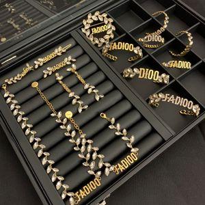 Luxus-Schmuck-Frauen Halskette Kristall Designer Halskette Pferd Augenform Wassertropfen Ohrringe und Armbänder Flügel Anzug Mode edlen Schmuck