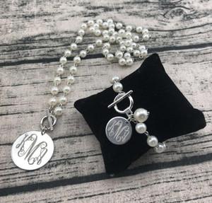 개인화 된 Engrave Monogram Pearl과 연결된 Brass Disc Pendent NecklaceMonogram 목걸이 및 팔찌 세트가 집으로 무료 배송됩니다.