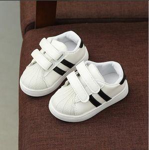 Весной и летом детская обувь новые студенты носят головные уборы нескользкие кроссовки родительский ребенок досуг белые туфли