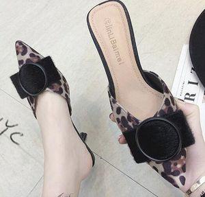 Nova primavera versátil leopardo pontudo meia chinelos feminino sentido stiletto moda com sandálias baotou exteriores