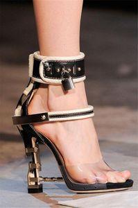 2020 Sandalia Feminina de luxe en métal Talon haut cristal Designer Femme PVC Gladiateur Sandales Padlock Bejeweled bride cheville strass Sandal