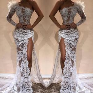 Branco completa Lace Mermaid Vestidos Side Dividir 2020 Sexy de um ombro ver através Feather Prom Pageant celebridade Vestidos Árabe