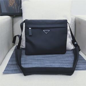058 Sac à bandoulière Fashion, sac de loisir pour homme, logo triangulaire unique. Plusieurs poches, deux sacs à fermeture à glissière et des sacs à boutons.
