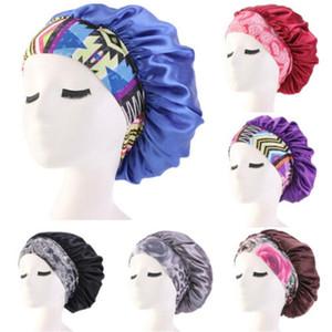 امرأة جديدة ترتدي قبعة النوم في صالون التجميل تغطي غطاء الرأس الحريري المطاطي