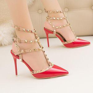 Vendita Calda-New out moda romana sandali belle tacco alto luminoso spikesWestern stile nightclub Tacchi Sottili Lacca rivetti in pelle di metallo