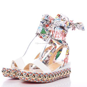 Levantine 60 milímetros couro envernizado branco das mulheres elegantes senhoras Wedge Sandal ouro Studs Graffiti Ankle Strap Lady Gladiator Sandalias