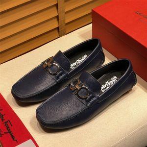2019 New Handmade Mens Loafers Gentleman Luxury deslizamento Moda vestido de festa de casamento Spikes on Flats ouro rebite estresse Shoes