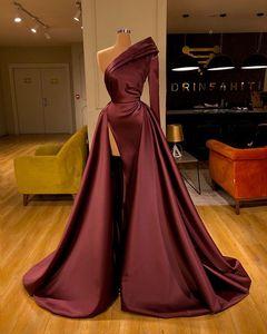 2020 Sexy Borgogna raso Prom Dress arabo una spalla maniche lunghe Plus Size abito di sera High Side Split partito convenzionale damigella d'onore