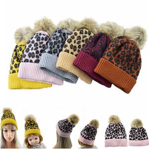 família pai-filho Gorros Leopard lã quente Barrete macio pom pom do bebê de malha chapéus Faux inverno bola de pêlo malha garoto Earflap Cap LJJA2827