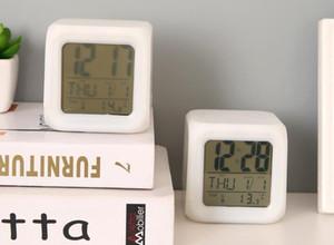 7 couleurs WHOLESALE Changement LED numérique réveil bureau gadget numérique alarme Thermomètre nuit Glowing Cube LCD Horloge de bureau Lampe de table