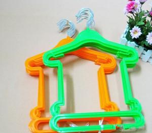 Plastic crianças cabides Multi Cores Brasão Prático Hanger Útil seco e molhado dupla finalidade Roupa siameses cremalheira reutilizáveis 0 85MS ZZ