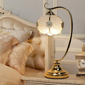 유럽 스타일의 테이블 램프 침실 머리맡 램프 현대 간단한 따뜻한 테이블 램프 결혼식 순 빨간색 창조적 인 방식으로 원격 작은 테이블 램을 제어