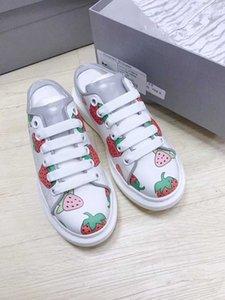 hombres y mujeres fresas reflectantes de la última par de imprimir la mitad de la serie de arrastrar pequeños zapatos blancos