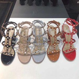 Mode, de haute qualité et sexy sandales femme style Rome Mode cuir design Rivet Chaussures à talons banquet chaussures sexy plage fête Sli