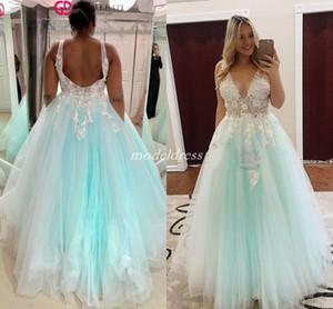 2019 Mint Green Quinceanera Dresses V-Ausschnitt Backless Sweep Zug Weiß Applikationen Prom Kleider für süße 15 vestidos de 15 anos