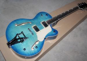 Beyaz Pickguard ile mavi elektro gitar, vibrato sistemi, alev bej kurulu, Krom donanım, özel hizmet