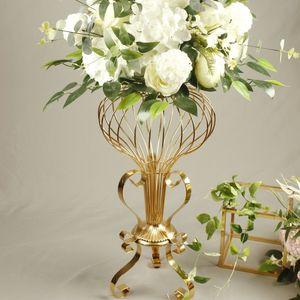 Decoración de la boda de galvanoplastia de oro Hierro forjado flor del hueco de soporte Adornos con el arreglo de flores de seda de la guirnalda de la flor de la tabla T carretera principal