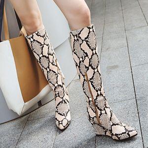 2020 Primavera Inverno novas mulheres deslizamento-On Couro Cobra Imprimir Apontado Cunhas Sapatos de ponta Cowboy botas longas botas de inverno mulheres novo # O31
