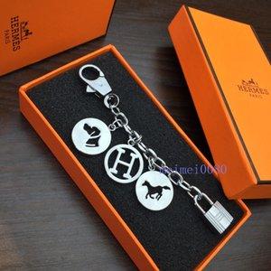 lüks ve güzel tek düğmeye kutusu tasarımcı H yüzük kadınlar için hiçbir çelik monokrom anahtarlıklar araba çanta cazibesi anahtarlıklar