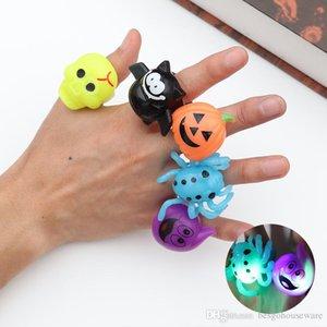 Calabaza dedo anillo luminoso del palo de Halloween del fantasma del anillo de dedo divertido anillos de plástico del cráneo partido de los juguetes de Halloween Props luminoso BH2401 TQQ