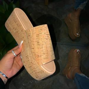 Chaussures en plein air Plage flip flop été 2020 nouvelles femmes à haut talons plats antidérapants plage Chaussons Plate-forme imperméable Sandales durables