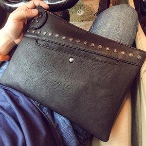 toptan erkek el çantası yeni kişilik perçin serseri bilek çanta sokak trendi perçin erkekler eli poşetin basit gündelik deri messenger çanta