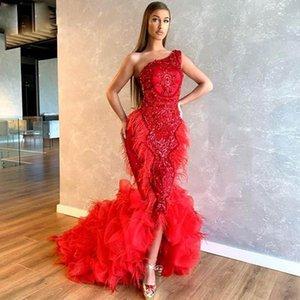 Modesta hombro del rojo uno de la pluma de la sirena de los vestidos de noche moldeado del partido de volantes de organza falda del vestido de la raja del frente robe de soirée