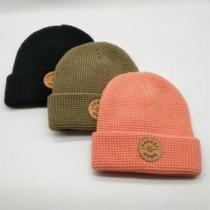 مخصص جودة عالية 100٪ الاكريليك عادي مصبوغ تصحيح جلدية شعار الشتاء جمجمة قبعة صغيرة محبوك كاب القبعات لتشغيل