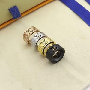 أوروبا أمريكا رجال أزياء سيدة نساء التيتانيوم الصلب منقوش نمط الجوف خارج V رسالة 18K الذهب على نطاق واسع خواتم 4 اللون Size6-9