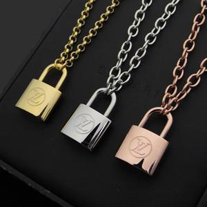 Nuevo llega el dorado de la manera señora 316L de titanio de 18 quilates chapado en oro grueso collares con V Carta de bloqueo colgante de Rose