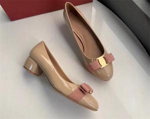 Designer vestito dalle donne Scarpe Fibbia in metallo pompa i pattini pelle verniciata Mocassini superiore signore Medio Heel festa di nozze Q-404
