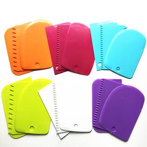 الملونة متعددة الوظائف كعكة أدوات قالب مل 3pcs مجموعة كريم البلاستيك مكشطة مطبخ غير النظامية الأسنان حافة DIY كريم مكشطة مجموعة DH0456 T03