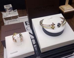 Vente chaude Lady acier au titane 3 couleurs évider fleur à quatre feuilles avec diamant plaqué or combiné 18K bagues ouvertes Bracelets 1 Set (3pcs)