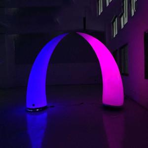 I corni luminosi dei centri di nozze di modo hanno condotto la colonna gonfiabile della strada del cono per la decorazione della fase di evento Trasporto libero
