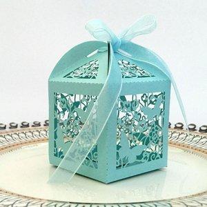 50pcs Laser-Schnitt Höhle-Schmetterlings-Carriage Favor Geschenke Süßigkeit-Kästen mit Band kundenspezifische Babyparty Hochzeitsfestbevorzugung Dekorationen