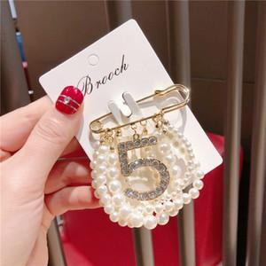 Número New Party 5 de moda broche de pérolas Rhinestone Hot Suit lapela com corrente Pearls Mulheres famosas Jóias Acessórios