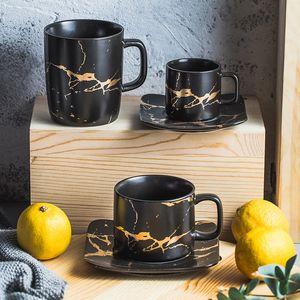 Ventas calientes Juego de taza y plato de té de cerámica Juego de taza de té de porcelana de diseño dorado creativo Juego de taza de café negro Juego de bebidas