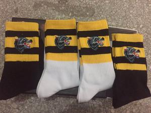 Top Qualität 2 Farbe vier Paare im Kasten Wolf-Kopf-Ass Stickereientwerfer Socke Antibakteriell Cotton Unisex Luxusschuhe Sportsocken