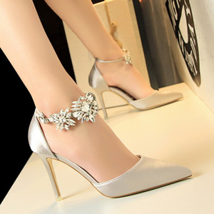 Diseñador de zapatos de boda de las mujeres de plata del satén de seda Bombas para los talones Novia Negro azul real estilete rojo punta estrecha Crystal correas de las sandalias de baile