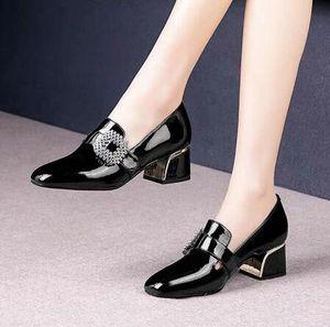 Плюс размер женщин Насосы Rhinestone Пряжка лодка обуви лакированной кожи модельная обувь площади Toe Женская обувь Офис Zapatos Mujer Size35-42