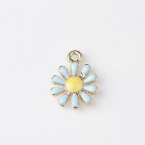 New Vintage Gold Color Tone Enameled Daisy Flower Shape Alloy Charm Fit For Necklace Pendants Bracelets DIY Jewelry Crafts