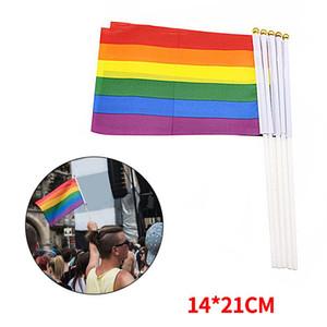 Bandera del Orgullo Gay Stick de plástico Bandera de la mano del arco iris Lesbiana Americana Orgullo Gay Bandera LGBT 14 * 21 cm Banderas de arco iris